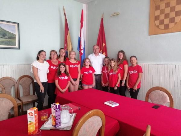 Mažoretkinje DND-a Ogulin na prijemu kod gradonačelnika povodom turneje po Sjevernoj Makedoniji
